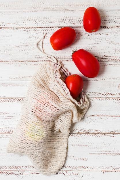 Tomates em bolsas biológicas para uma mente saudável e relaxada Foto gratuita