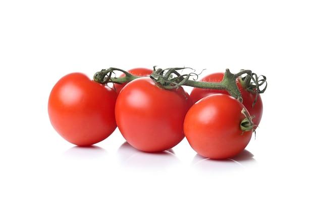 Tomates em uma superfície branca Foto gratuita