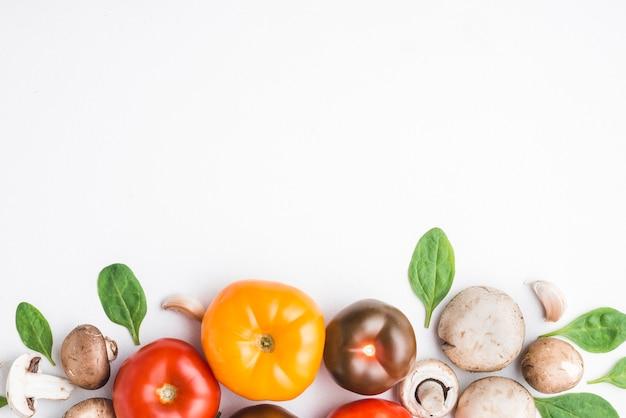 Tomates entre espinafre e cogumelos Foto Premium