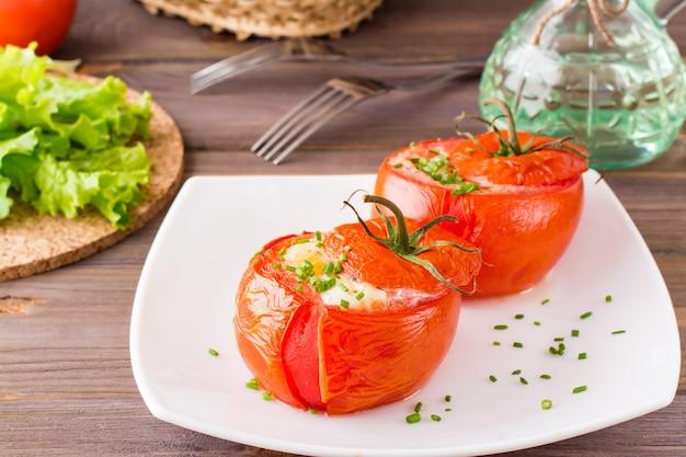 Tomates frescos assados com queijo e ovo de galinha Foto Premium