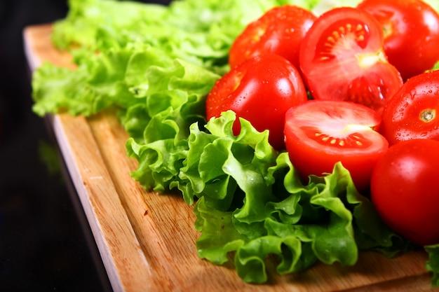 Tomates frescos e molhados Foto gratuita