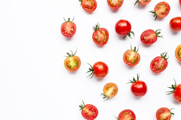 Tomates frescos, inteiro e meio corte isolado no branco Foto Premium