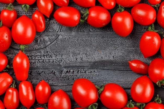 Tomates oblongos em uma parede cinza grunge. Foto gratuita