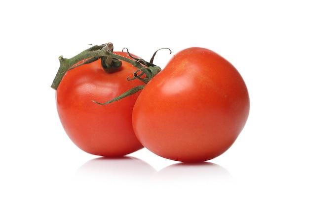 Tomates vermelhos em uma superfície branca Foto gratuita