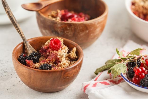Tome o café da manhã com café e desmonte a torta, fundo branco, conceito saudável do café da manhã. Foto Premium