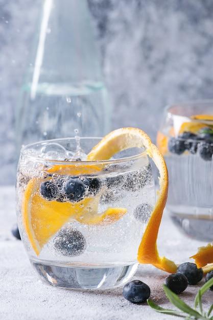 Tonic cocktail com alecrim e mirtilos Foto Premium