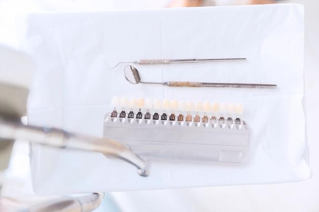 Tons de dentes e outras ferramentas dentárias Foto gratuita