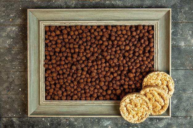 Top bolas de cereal de chocolate com pão de milho emoldurado Foto gratuita