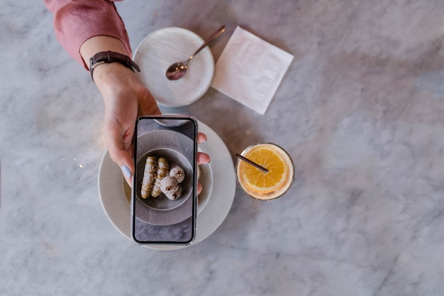 Top de mão segurando o smartphone Foto Premium