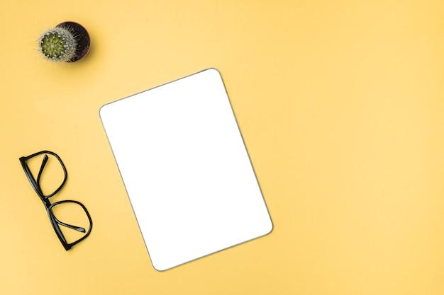 Top vie tablet de maquete com fundo amarelo Foto gratuita