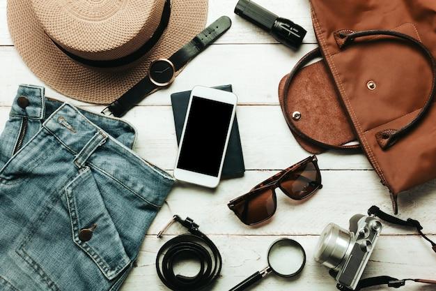 Top view acessórios para viajar com roupas femininas conceito.blanco | Foto  Grátis