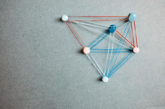 Tópicos de conectividade de solução de estratégia.pontos conectados com linhas coloridas e pinos em cinza Foto Premium