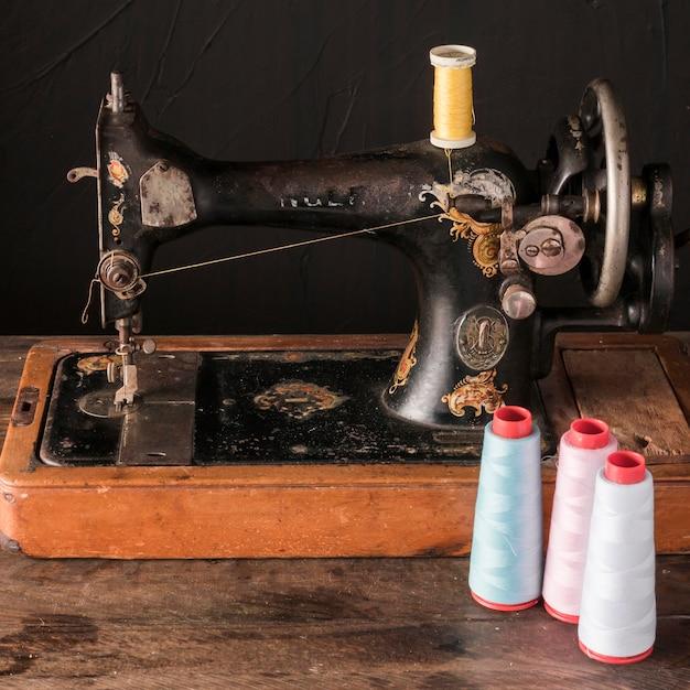 Tópicos perto de máquina de costura antiga Foto gratuita