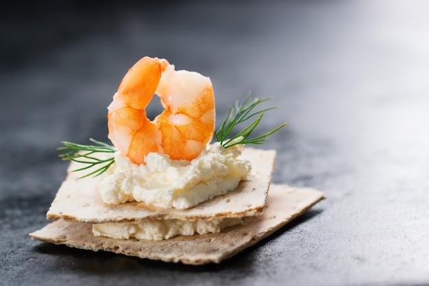 Topo de camarão com queijo por baixo Foto gratuita