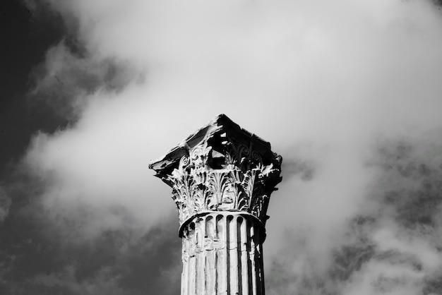 Topo de um pilar de pedra alto Foto gratuita