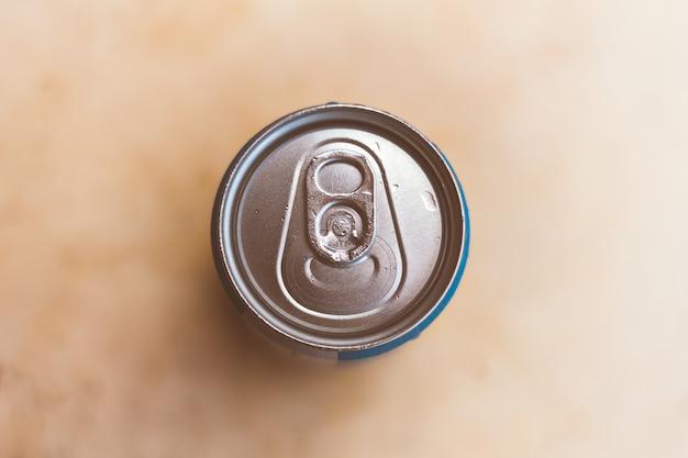 Topo de uma lata de cerveja ou refrigerante. fundo desfocado Foto Premium