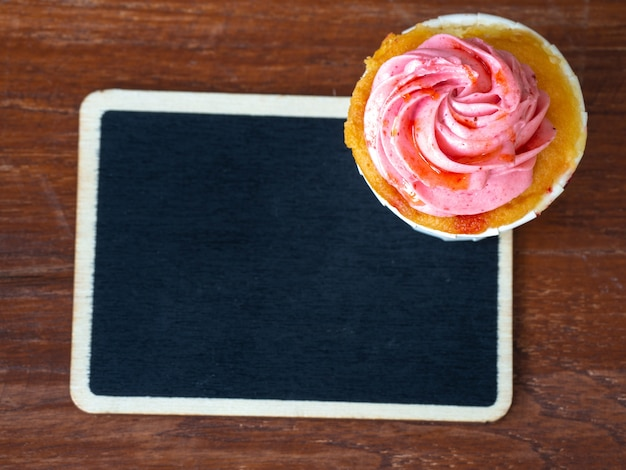 Topview de cupcake de morango e quadro-negro Foto Premium
