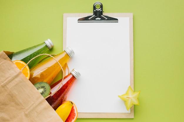 Topview frutas e sucos com copyspace clipboard Foto gratuita