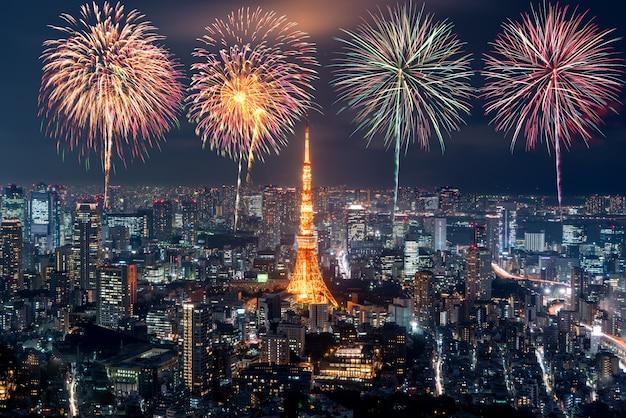 Tóquio à noite, fogos de artifício ano novo comemorando a paisagem urbana de tóquio à noite no japão Foto Premium