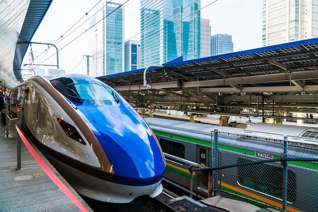 Tóquio japão - 5 de agosto de 2018: estação de trem e metrô no japão é o transporte popular Foto Premium