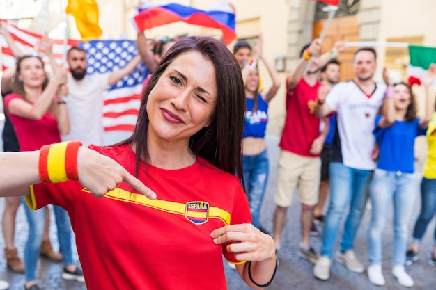 Torcedor de mulher espanhola, comemorando a vitória da equipe espanha Foto Premium