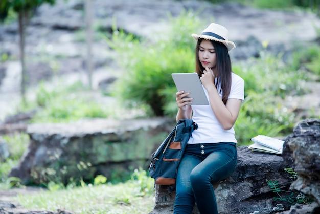 Torist feliz da mulher bonita do estilo de vida a viajar na viagem selvagem que caminha durante férias. Foto gratuita