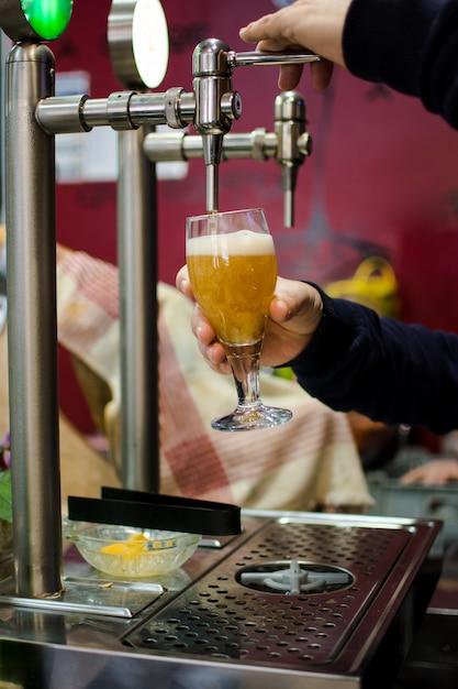 Torneira de cerveja do bar de cerveja. Foto Premium