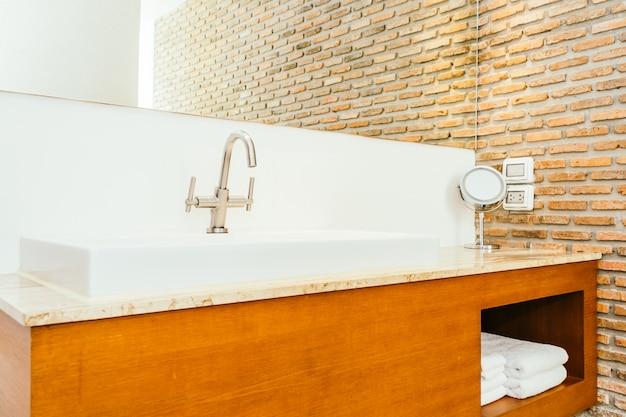 Torneira, ou, torneira água, e, branca, pia, ou, washbasin, decoração, em, banheiro Foto gratuita