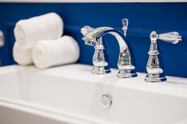 Torneiras de luxo no banheiro. Foto Premium