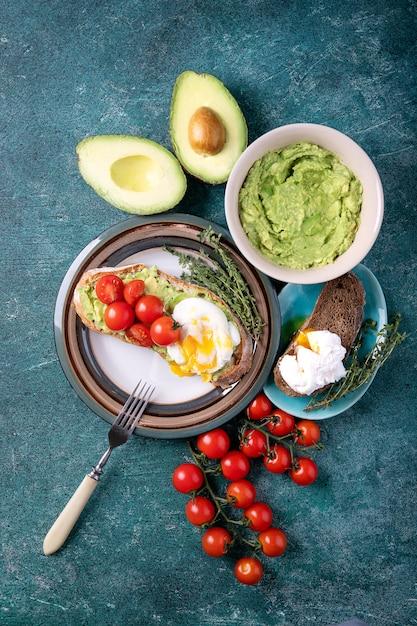 Torrada de abacate amassada Foto Premium