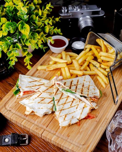 Torrada de pão com espinafre de tomate queijo servido com batatas fritas Foto gratuita