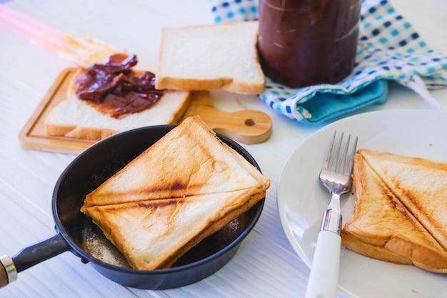 Torrada torrada pão aparecendo de torradeira de aço inoxidável na cozinha de casa Foto Premium