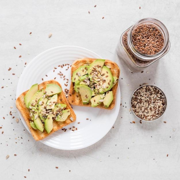 Torradas com abacate e sementes Foto gratuita