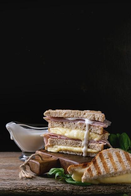 Torradas com queijo e presunto Foto Premium