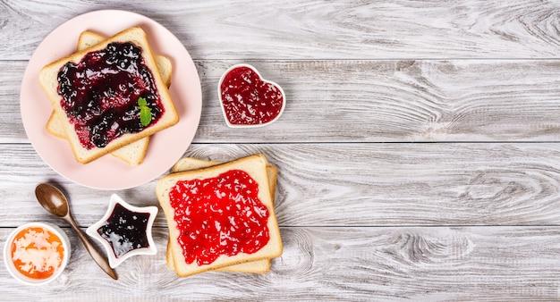Torradas deliciosas com vários doces doces. copyspace para o seu texto Foto Premium