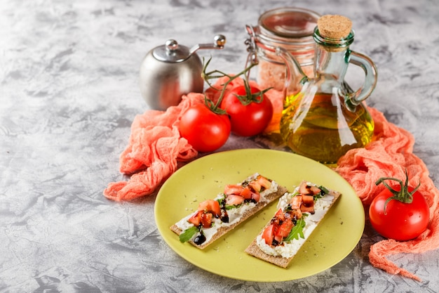 Torradas em pão estaladiço com tomate Foto Premium