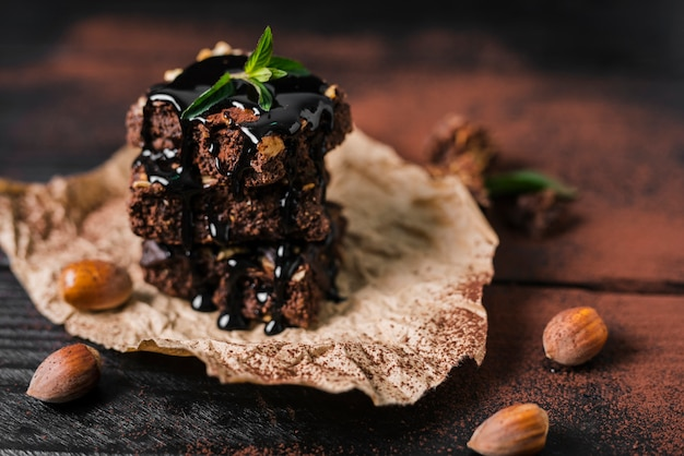 Torre de alto ângulo de brownies de chocolate com calda de chocolate Foto gratuita