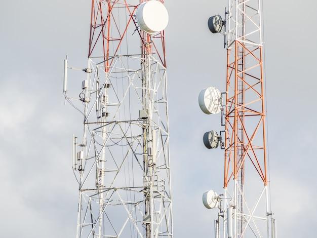 Torre de antena de comunicação e fundo do céu Foto Premium