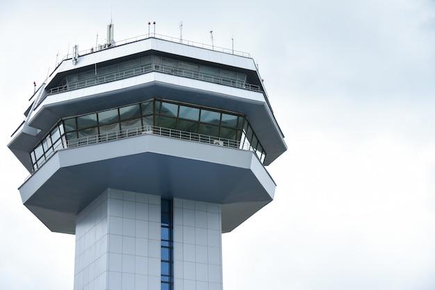 Torre de construção para controle de aeronaves e navegação aérea Foto Premium