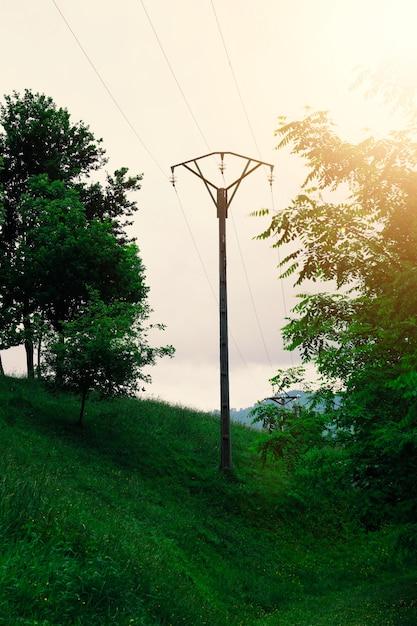Torre de eletricidade na montanha na natureza Foto Premium