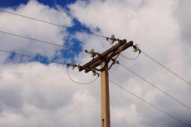 Torre de eletricidade na natureza Foto Premium