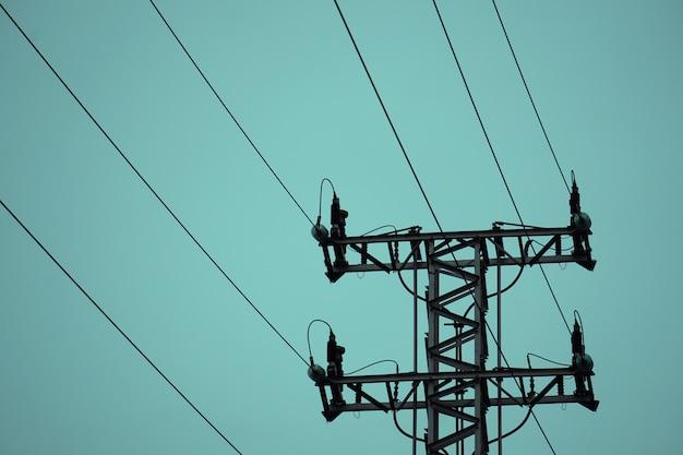 Torre de eletricidade no céu Foto Premium