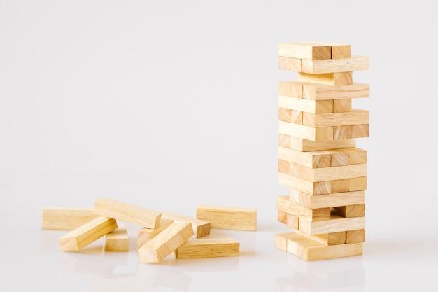 Torre de madeira dos blocos de apartamentos isolada no fundo branco com espaço da cópia. Foto Premium