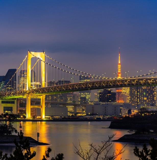 Torre de tóquio com pôr do sol da ponte do arco-íris Foto Premium