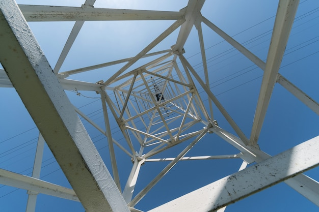 Torre de transmissão, vista de baixo. Foto Premium
