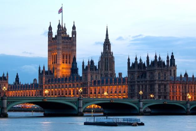 Torre de victoria na casa do parlamento em londres Foto Premium