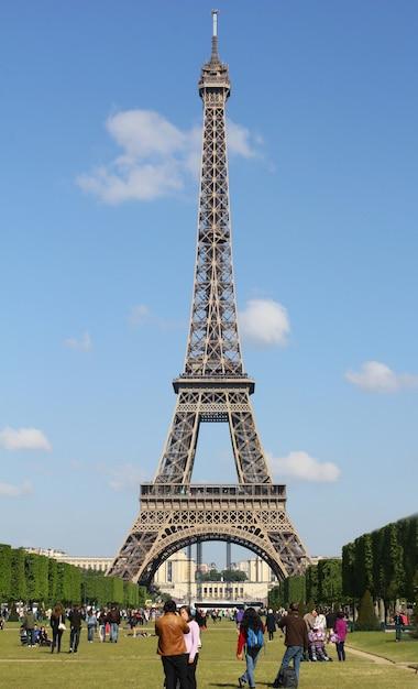 Torre eiffel com parque em paris, frança Foto Premium