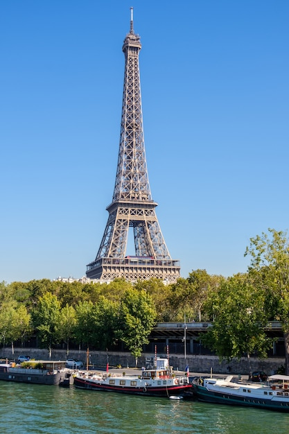 Torre eiffel durante o meio-dia em paris Foto Premium