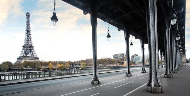 Torre eiffel e bir hakeim ponte em paris, frança Foto Premium