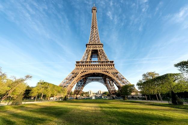 Torre eiffel é famosa e os melhores destinos em paris e na frança. Foto Premium